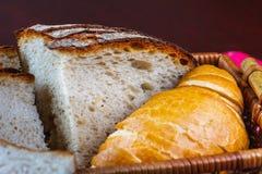Fatia do pão fresco na tabela rústica imagens de stock royalty free