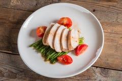 Fatia do peito de frango com aspargo e tomate Vista superior Imagens de Stock Royalty Free