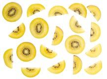 Fatia dourada do fruto de quivi da vista superior isolada no fundo branco, franco foto de stock