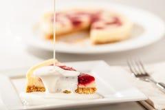 Fatia e creme do bolo de queijo Foto de Stock Royalty Free