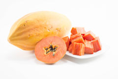 Fatia fresca da papaia com a papaia no prato isolado Fotografia de Stock