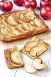 Fatia fresca de torta de maçã com a torta inteira no fundo de madeira Fotografia de Stock