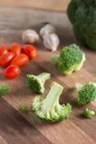 Fatia fresca dos brócolis na placa de madeira Fotos de Stock Royalty Free