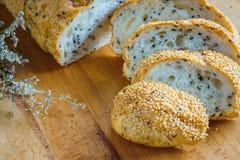 Fatia inteira fresca do pão da grão ou do pão de centeio com copo de chá e frui Imagem de Stock Royalty Free