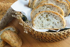 Fatia inteira fresca do pão da grão ou do pão de centeio com copo de chá e frui Imagens de Stock
