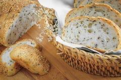 Fatia inteira fresca do pão da grão ou do pão de centeio com copo de chá e frui Imagens de Stock Royalty Free