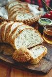 Fatia inteira fresca do pão da grão ou do pão de centeio com copo de chá e frui Fotos de Stock