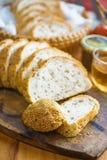 Fatia inteira fresca do pão da grão ou do pão de centeio com copo de chá e frui Fotografia de Stock Royalty Free