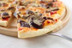 Fatia levantada pizza com cogumelos Foto de Stock Royalty Free