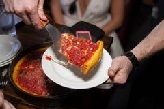 Fatia profunda da pizza do estilo de Chicago do prato fotos de stock
