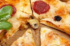 Fatia quente da pizza com queijo, os cogumelos, salame e as migalhas de derretimento fotos de stock