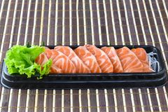 Fatia salmon crua do sashimi no estilo japonês do alimento Foto de Stock