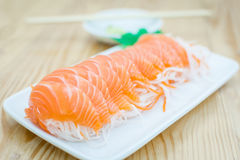 Fatia salmon fresca na tabela de madeira Fotos de Stock