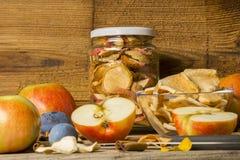 fatia secada da maçã na tabela de madeira Imagem de Stock
