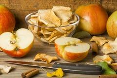 fatia secada da maçã na tabela de madeira Fotos de Stock Royalty Free