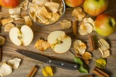fatia secada da maçã na tabela de madeira Foto de Stock Royalty Free