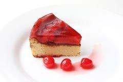 Fatia servida isolada de bolo de queijo delicioso da cereja Imagens de Stock