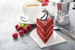 Fatia vermelha do bolo de veludo fotografia de stock royalty free