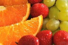 Fatias alaranjadas com morangos e uva Foto de Stock
