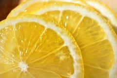 Fatias amarelas maduras saborosos do limão imagem de stock