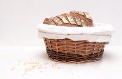 Fatias caseiros do pão de sourdough em uma cesta Imagens de Stock Royalty Free