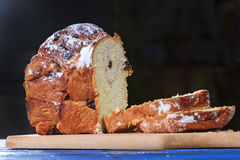 Fatias cortadas bolo do francês fotografia de stock