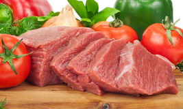 Fatias cruas frescas da carne da carne do close up com vegetais Imagens de Stock Royalty Free