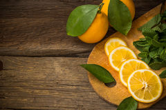 Fatias da hortelã fresca e do limão na placa de madeira Imagem de Stock Royalty Free