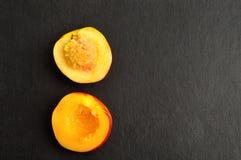 Fatias da nectarina ao meio Foto de Stock Royalty Free