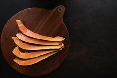 Fatias da papaia na opinião superior do fundo de madeira imagem de stock