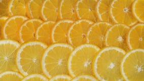 Fatias das laranjas em bolhas da água video estoque