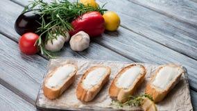 Fatias de baguette com manteiga Imagens de Stock