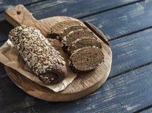 Fatias de baguette do centeio em uma placa rústica de madeira Imagens de Stock Royalty Free
