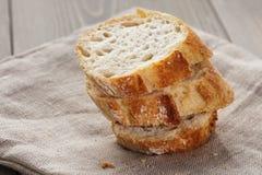 Fatias de baguette francês fresco na tabela Fotos de Stock