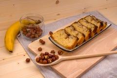 Fatias de bolo caseiro e de avelã da banana Fotografia de Stock