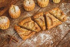 Fatias de bolo com peras e sésamo no fundo de madeira escuro Fotografia de Stock Royalty Free