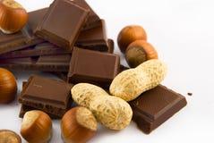 Fatias de chocolate e de porcas fotografia de stock