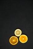 Fatias de citrino em um fundo escuro Fotografia de Stock Royalty Free