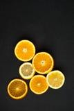 Fatias de citrino em um fundo escuro Imagem de Stock