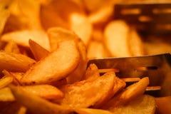 Fatias de close up fritado das batatas fotos de stock