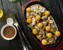 Fatias de fígado da carne de porco e do coelho com os cogumelos no molho de creme de leite decorado com bolas da batata imagens de stock royalty free