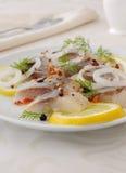 Fatias de arenques salgados com cebola, limão e especiarias Imagens de Stock
