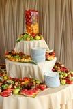 Fatias de fruto colorido na tabela, fruto diferente do corte Imagem de Stock