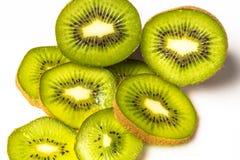 Fatias de fruto de quivi em um fundo branco Imagens de Stock Royalty Free