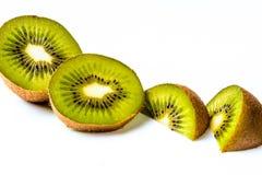 Fatias de fruto de quivi em um fundo branco Imagens de Stock