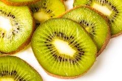 Fatias de fruto de quivi em um fundo branco Fotos de Stock Royalty Free