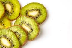Fatias de fruto de quivi em um fundo branco Fotografia de Stock Royalty Free