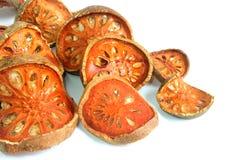 Fatias de fruto secado do bael no branco fotos de stock