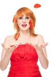 Fatias de jogo do tomate da mulher Imagens de Stock