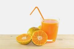 Fatias de laranja com o suco de laranja fresco no vidro Imagem de Stock